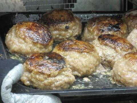 実演厨房で焼きあがるハンバーグ。あふれる肉汁が食欲をそそる