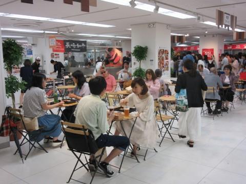 会場の各所には「レストエリア」が設けられ、熱々のお肉をその場で堪能することができる
