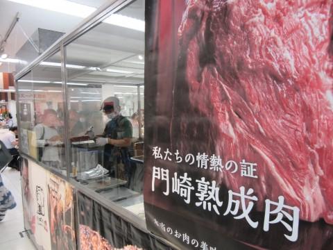 門崎熟成肉格之進の実演厨房。その場で焼きあがる様子を見物できる