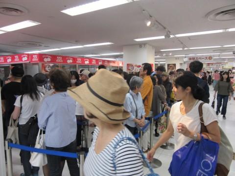 百貨店の催事では1日約17万個の豚まんを売りあげるという大阪の名店【551 HORAI】。開店直後からすでに大行列ができていた