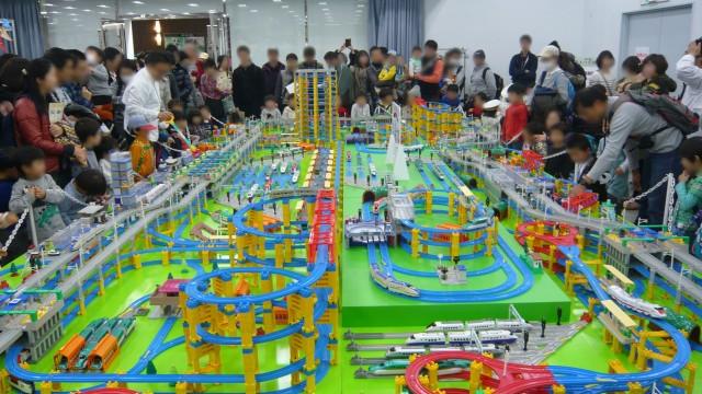 昨年のプラレール「巨大ジオラマ展示」 の様子 ©TOMY  「プラレール」は株式会社タカラトミーの登録商標です。