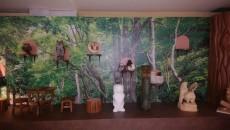 森の中をイメージした内装に並ぶ梟コレクション
