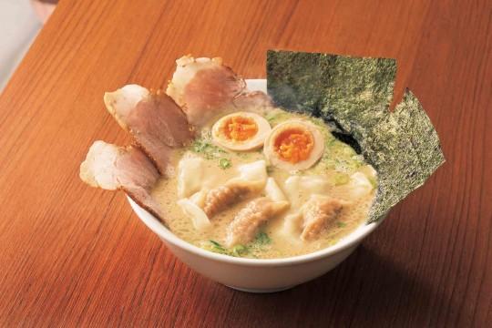 【なおちゃんラーメン】なおちゃんスペシャルラーメン(1杯)981円 〈各日販売予定200杯〉<販売期間:5/23(木)~26(日)> 「コク」と「キレ」の2種のスープをブレンドした、濃厚ながらもスッキリとした味わい。麺はもっちりの自家製麺。《お食事処》