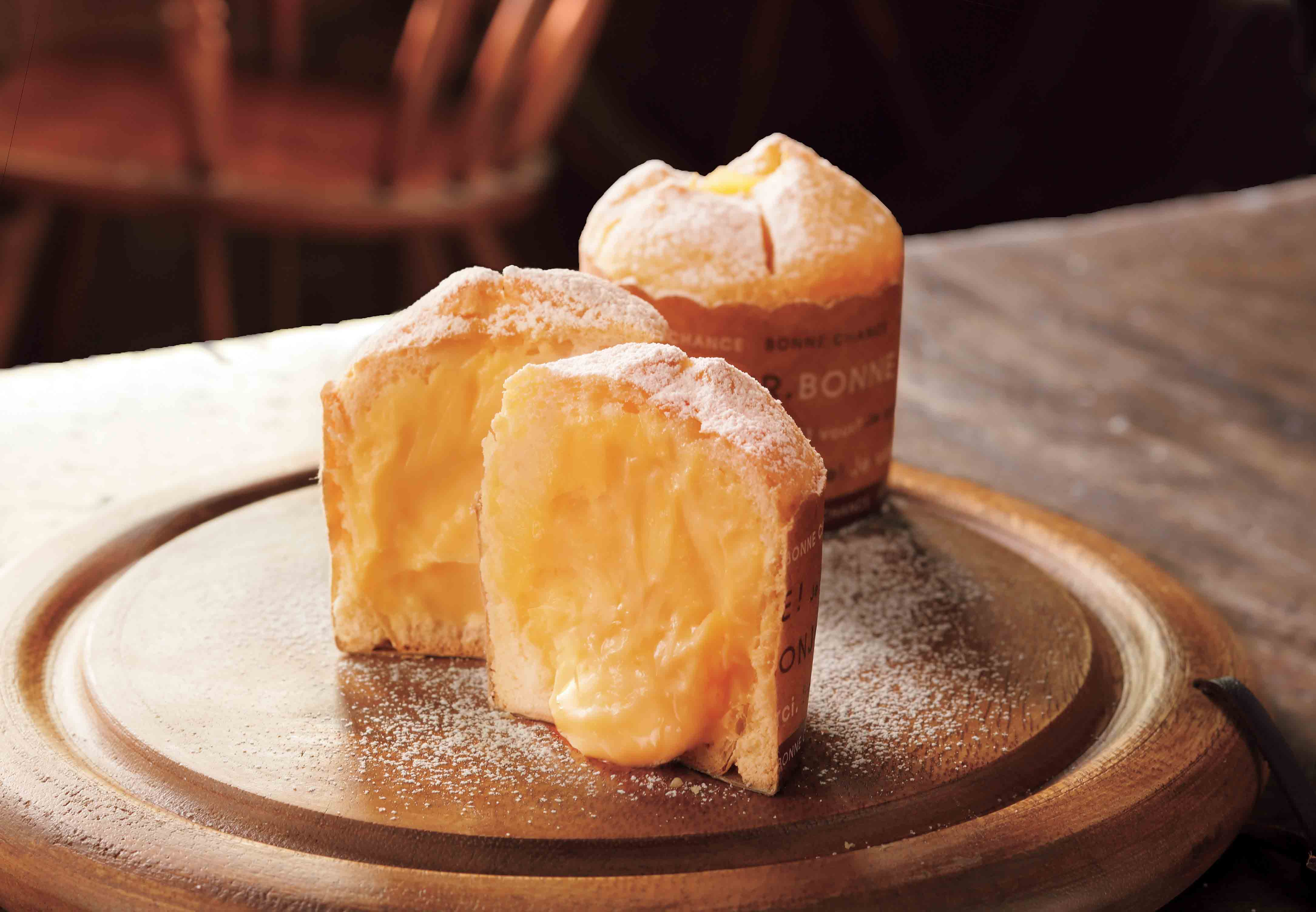 【CACHETTE】焼きカスタードメロンパン (1個)301円 上部はクッキーのようなサクッと、側面はふんわり。中にはなめらかなカスタードクリームが入ったマフィン型のメロンパン。《実演》