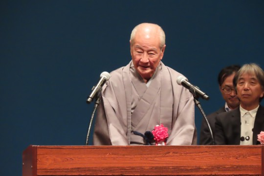 There is also a figure of the human national treasure Mr. Nomura Minoru (Noh music teacher) reaching the age of 89 years. Vibrant voices coming out of the pot echo in the hall