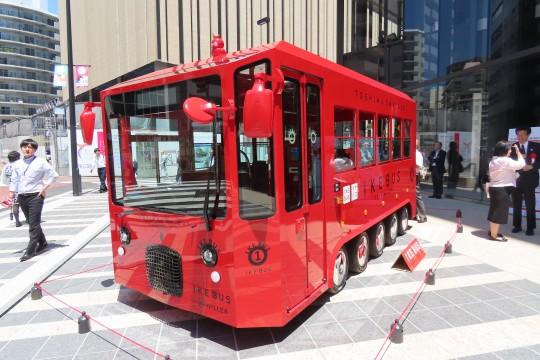 正面入り口には水戸岡鋭治氏のデザインによる電気バス「IKEBUS」の姿が