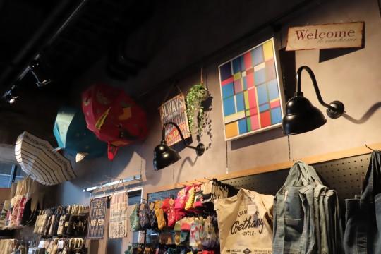 天井付近にディスプレイされている。隣にはアーティスティックな傘が