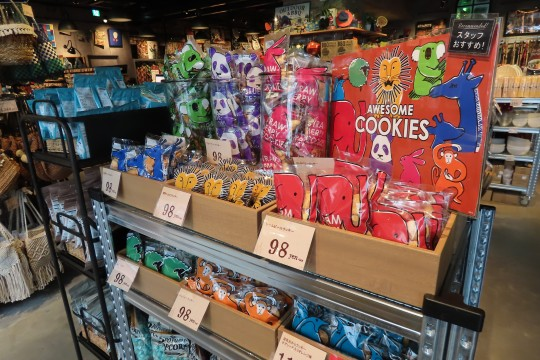 店内には服飾から日用品、菓子類まで様々な商品がディスプレイされている