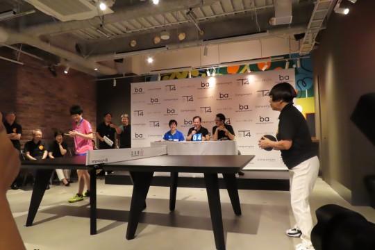 木原選手と卓球で交流するのは、ロゴデザインを担当したデザイナーのコシノジュンコ氏