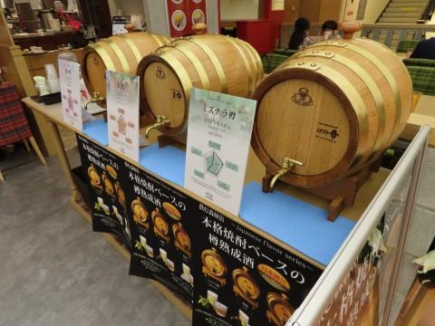 店頭には樽熟成酒が並ぶ。オムライス専門店としてはかなり珍しい光景