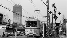 s建設中のサンシャイン60と都電荒川線(松井一彦氏撮影・提供)