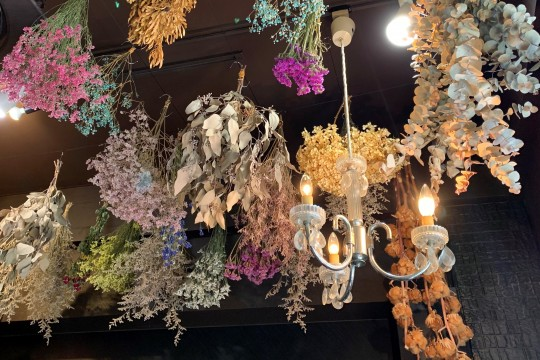 There are colorful dried flowers on the ceiling! Many customers were filmed on their smartphones.