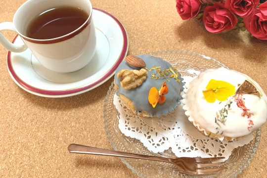 "(I'm sorry for the coffee cup because I don't have a tea cup.) If you put out a ""flower muffin"" at a tea party like this, the place will be exciting!"