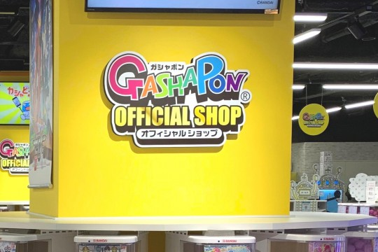 """This logo is a landmark in the """"Gashapon Official Shop"""" area."""