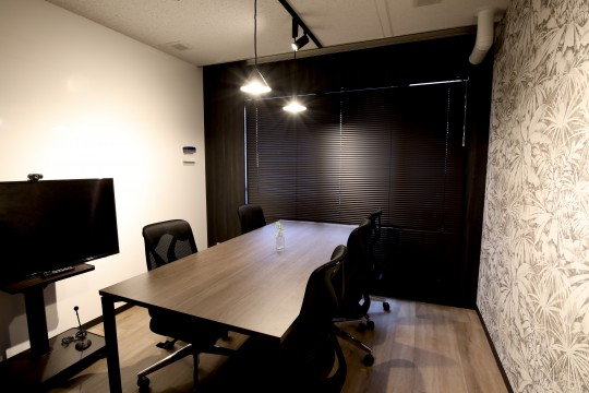 Convenient wall-mounted whiteboard-designed meeting room