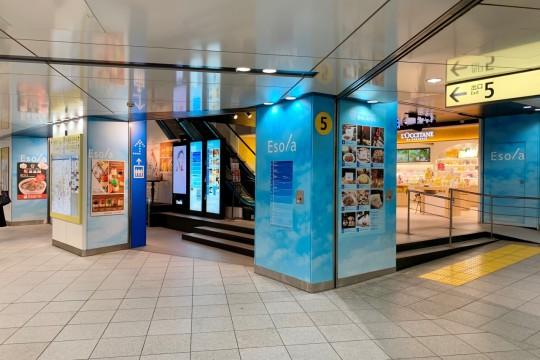 エソラ池袋 地下1階入り口。中央に見えるエスカレーターの裏手側に店舗があります。