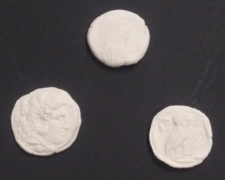 実物からとった型で石粉粘土に打刻!左下:アレクサンドロス大王銀貨 中央上:クレオパトラ女王銀貨 右下:アテナイのフクロウ銀貨