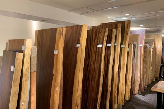 「匠大塚」の看板商品のひとつ、無垢の一枚板天板。お気に入りの天板と脚を自由に組み合わせて、オンリーワンのテーブルが造れるそう。オープン時点では30枚ほどを入荷しているとのこと。