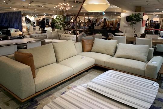 KOD<TERRACE>のソファは、既製品をポンと売るのではなく、住む方の生活環境に合わせてサイドテーブルや袖の高さが選べるのが魅力。