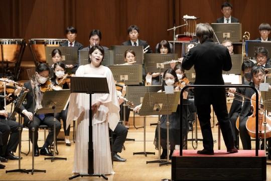 "Poulenc ""Gloria"" is sung by soprano Atsuko Kobayashi with a warm emotional voice."