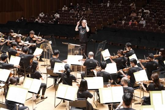 Kazushi Ono conducting the Tokyo Metropolitan Symphony Orchestra