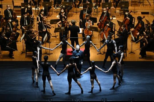 "John Adams' ""The Chairman Dances"" with 10 dancers"