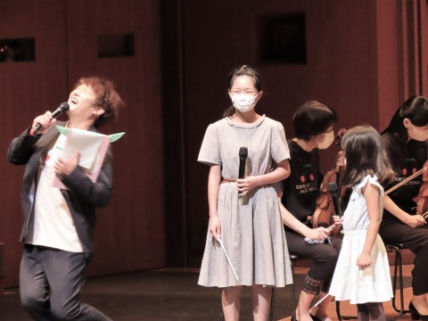 """A girl who shakes her head when asked """"Do you want to conduct again?"""" Mr. Kobayashi who collapses unintentionally"""