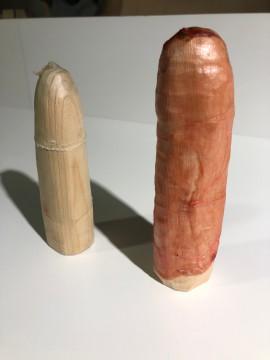 左:魚の浮袋からできたコンドーム(比較(右):羊の盲腸からできたコンドーム)