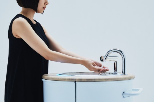 """Hand-washing stand """"WOSH"""" that can also disinfect smartphones"""